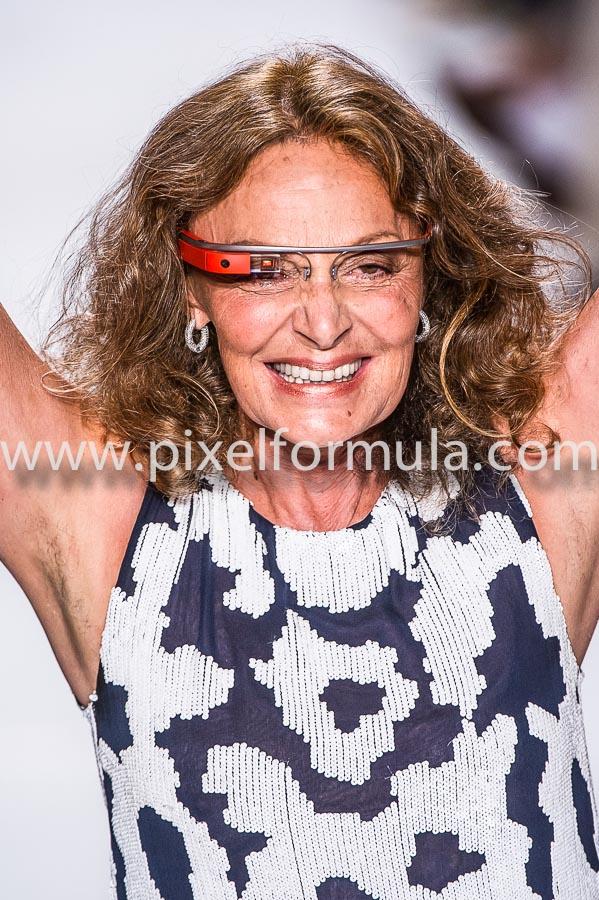 Diane von Furstenberg porte les lunettes Google dans son propre défilé de mode. New York, septembre 2012.